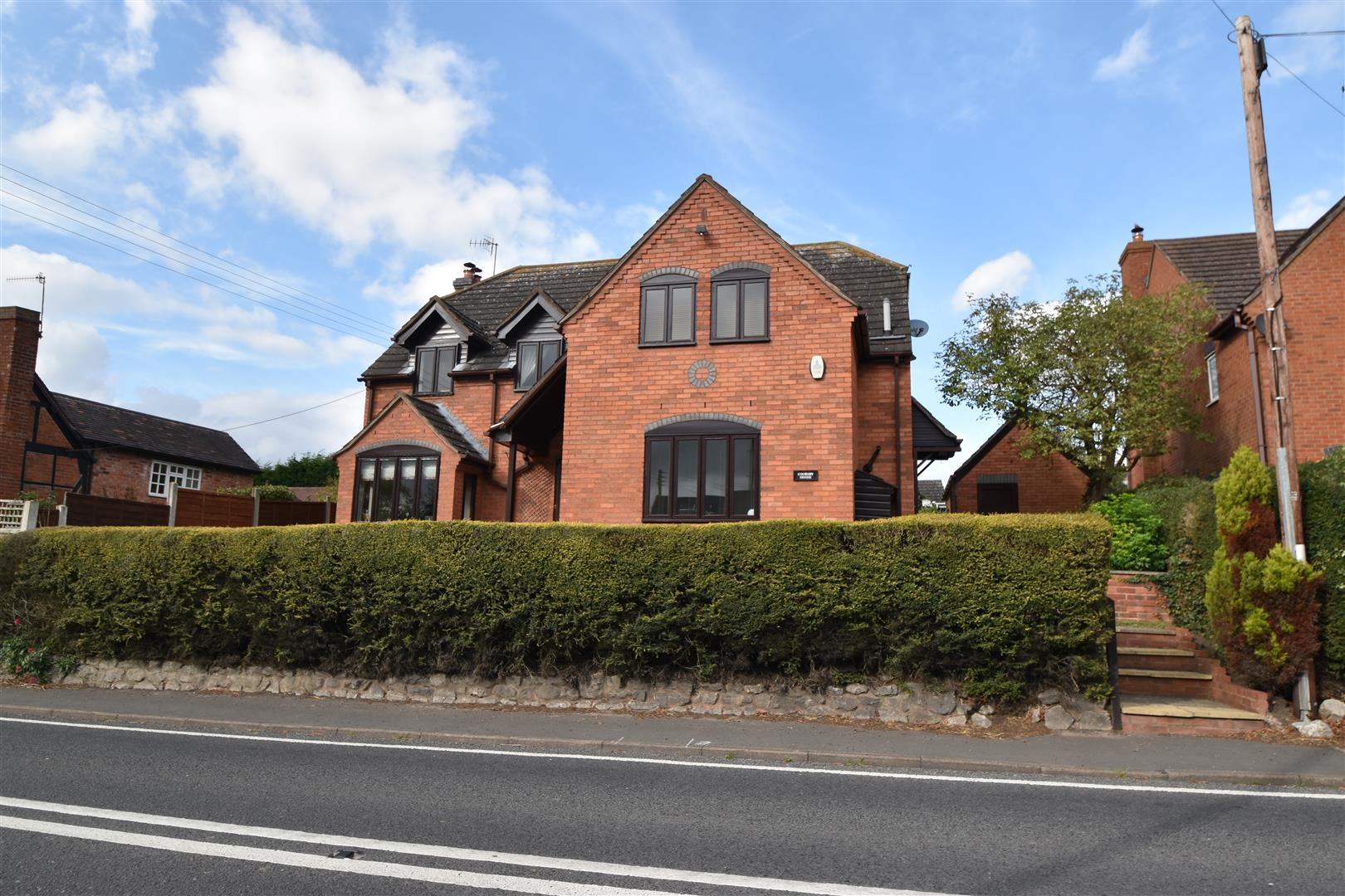 4 Bedrooms Detached House for sale in Broughton Hackett, Worcester